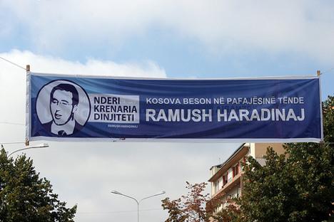 Транспарент у знак подршке Рамушу Хајрадинају на Косову. Фотографија: Quinn Dombrowski.