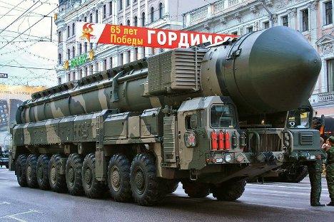 """Балистичка ракета """"Топољ-М"""" на тегљачу МАЗ: парада поводом 65 година победе у Великом отаџбинском рату. Ова возила су постала позната јер су редовно учествовала на парадама на Црвеном тргу од совјетских времена до данас. Фотографија из слободних извора."""
