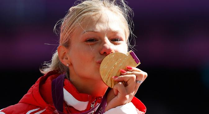 Маргарита Гончарова позира са златном медаљом освојеном у скоку у даљ (F37/38) 31. августа 2012. на Палаолимпијским играма у Лондону. Извор: AFP.