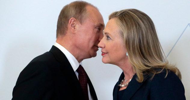 Хилари Клинтон је још увек на функцији државног секретара САД и њене изјаве још увек нису само емоције обичне Американке. Извор: Росијска газета.