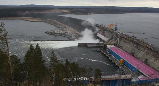 """Хидроелектрана ће прорадити пуним капацитетом крајем 2014, када се напуни акумулационо језеро, такозвано Ново Сибирско море. Извор: РИА """"Новости""""."""