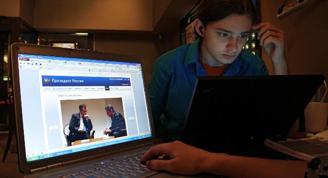 """Ако се може веровати анкети Гугла """"Руски студент данас"""", наши студенти у просеку проводе на Интернету по 4 часа дневно. Извор: РИА """"Новости""""."""