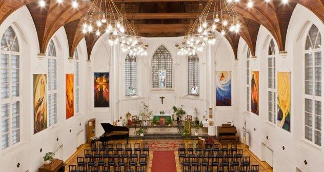 Архитектонска идеја цркве била је да оживи атмосферу викторијанске провинције. Изграђена је у псеудоготском стилу, са бифорама  и витражима. Извор: ИТАР-ТАСС.