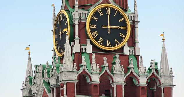 Према традицији, часовник на Московском Кремљу најављује крај старе и долазак Нове године. Извор: Росијска газета.