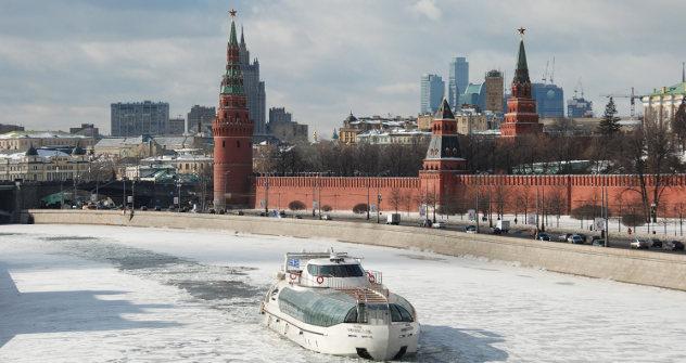 Црвени трг и снег увек чине веома складну комбинацију. Фотографија из слободних извора.