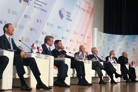"""Главна тема Гајдаровог форума била је интеграција Русије, тј. питање са киме Русија првенствено треба да развија пословну сарадњу.Извор: РИА """"Новости""""."""