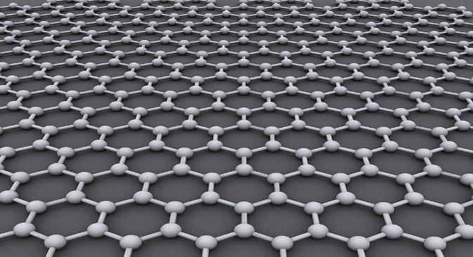 """Графен је супстанца која се састоји од чистог угљеника, с тим што су атоми повезани у правилним шестоугаоницима, слично као у графиту. Разлика је у томе што су атоми графена сложени само """"у једном слоју"""", тј. листић графена има дебљину само једног атома. Стога је графен веома лак: 1 квадратни метар тежи само 0,77 милиграма. Фотографија из слободних извора."""