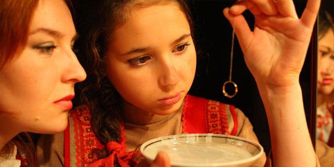 """Реч """"свјатки"""" на руском означава време од Божића до Крстовдана, које се у Русији посебно празнује и садржи хришћанске и паганске елементе. У ово време су девојке гатале да сазнају своју будућност. Фотографија из слободних извора."""