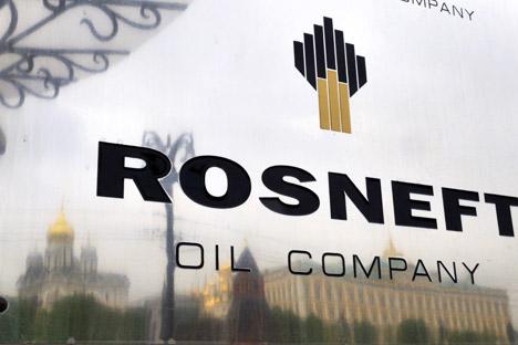 """Према речима Игора Сечина, реална вредност """"Росњефта"""" требалo да би буде око 120 милијарди долара. На фотографији: одраз Московског кремља на табли на улазу у једно од здања ове компаније. Извор: AFP / East News."""