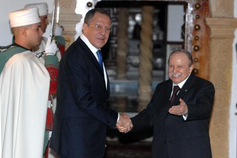 Министар иностраних послова РФ Сергеј Лавров и председник Алжира Абдел Азиз Бутефлика. Шеф руске дипломатије ће такође посетити и Јужноафричку Републику, Мозамбик и Гвинеју.Извор: AP.