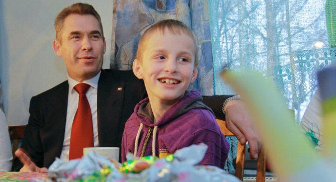 """Павел Астахов, опуномоћеник председника РФ за права деце и један од штићеника руских домова за незбринуту децу. До сада је руску сирочад усвојило преко 60.000 америчких парова. Велико интересовање Американаца за руску децу и бес који је изазвала забрана даљег усвајања објашњавају се """"великим избором и лаком доступношћу деце европске расе"""". Извор: РИА """"Новости""""."""