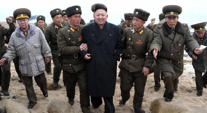 Лидер Северне Кореје Ким Џонг Ун са армијским званичницима у војној бази на острвцету Му, најјужнијој тачки југозападног сектора границе са Јужном Корејом. Извор: AP.