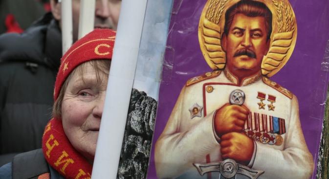 Московљанка са портретом Јосифа Стаљина на комунистичкој прослави Дана бранилаца отаџбине 23. фебруара. Извор: AP.