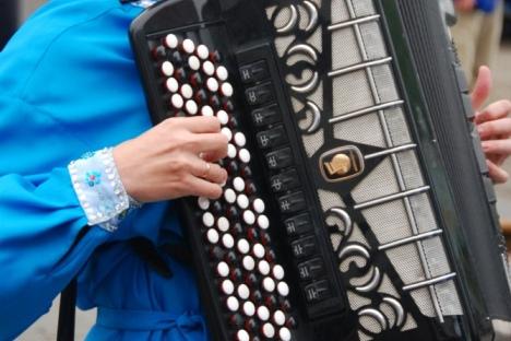 """Хармоника је позната као """"инструмент пијаних кочијаша и заљубљених кућепазитеља"""", али се на руским музичким академијама третира и као инструмент за извођење класичне музике. Извор: Justin Friend."""