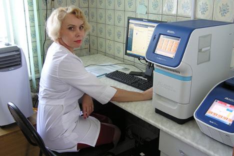 """Светлана Иванова (за једним од најновијих модела ПЦР уређаја на коме се ради генотипизација): """"Даља истраживања молекуларно-биолошких и неурохуморалних фактора психичких поремећаја омогућиће да се одреде критеријуми код развоја симптома депресије и да се формирају 'ризичне групе' како би се такви пацијенти надгледали већ у раним стадијумима обољења""""."""