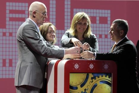 Presidente da Rockwool International, Elko van Hil (esq.), e autoridades russas inauguram fábrica da empresa dinamarquesa em Alabuga Foto: RIA Nóvosti