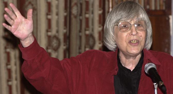 """Јуна Мориц у својој поеми не штеди ни Русију, која је у то време била утонула у сопствену немоћ и хаос, и у тешком мамурлуку после перестројке са муком и недоумицом је посматрала како јој сатиру """"браћу"""". Извор: ИТАР-ТАСС."""