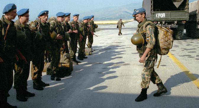 """Руски војници на приштинском аеродрому """"Слатина"""" у јулу 1999. Извор: РИА """"Новости""""."""