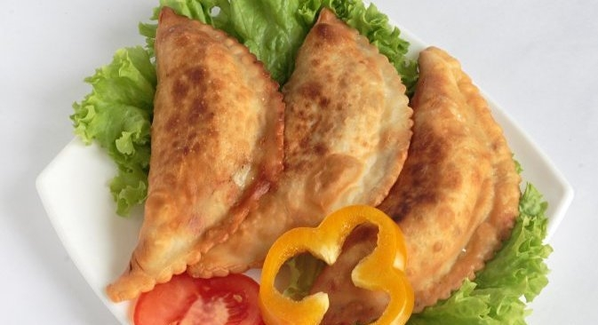 Чебурек је тесто пуњено мешавином најфинијег млевеног меса и бујона, испржено на маслацу. Извор: Lori/ Legion Media.