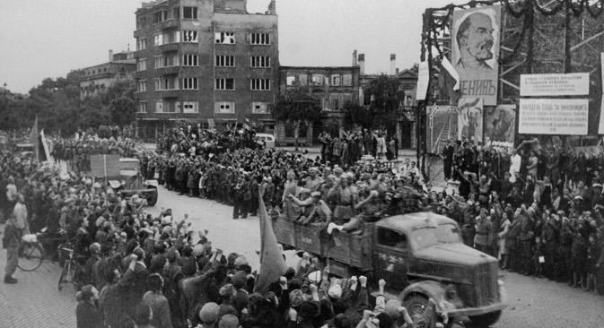 """Необистињене Черчилове жеље: грађани Софије 15. септембра 1944. поздрављају трупе Црвене армије. Извор: РИА """"Новости""""."""
