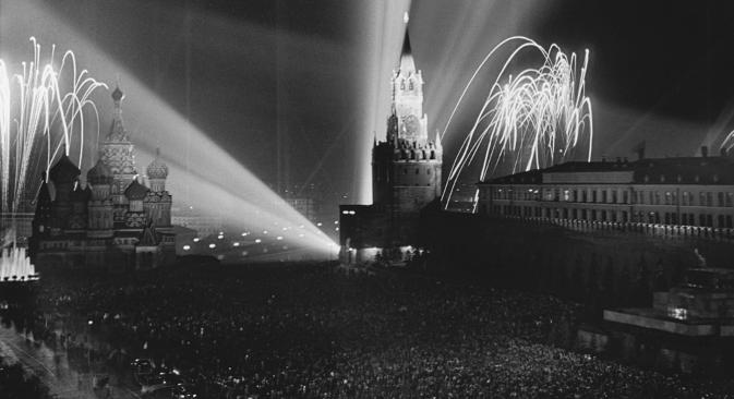 Москва, 9. мај 1945. Фотографија на Дмитриј Баљтерманец. Мелодијата на сегашната руска химна го добила статусот на државен симбол во Кремљ кон крајот на 1943 година.