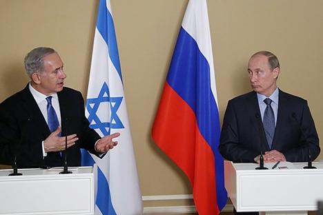 Премијер Израела Бенјамин Нетанјаху у разговору са председником Русије Владимиром Путином. Извор: AFP / East News.