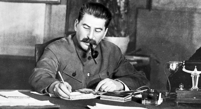 """У објављеним документима] се види Стаљин онакав какав је био у свакодневном животу, на врхунцу власти, као државник, пријатељ, друг и партијски истомишљеник, као непријатељ идејних противника и својих бивших пријатеља. Извор: РИА """"Новости""""."""