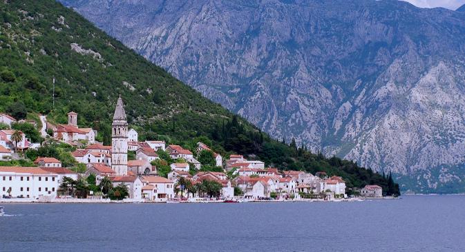 """Руско-црногорска """"златна грозница"""" трајала је до 2008. Цене су у међувремену баснословно порасле. У 2004. се за 100 хиљада долара на најбољим местима могла купити пристојна троспратна кућа, али већ 2007. је квадратни метар коштао 4–6 хиљада долара. На фотографији: Пераст. Извор: Milachich."""