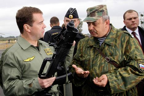 Премиерот на РФ Дмитриј Медведев го разгледува автоматот-амфибија од Тула (АДС). АДС е создаден за командосите, но може да стен и оружје за сите специјални единици на Главната разузнавачка управа, на поморската пешадија и на копнената војска. Фотографија: AP.