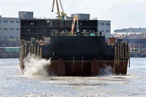 """Изградња прве пловеће нуклеарне електране """"Академик Ломоносов"""" у Санкт Петербургу: конструкција је спремна за уградњу реактора. Када буде готова, опслуживаће је 69 висококвалификованих људи. Извор: ИТАР-ТАСС."""