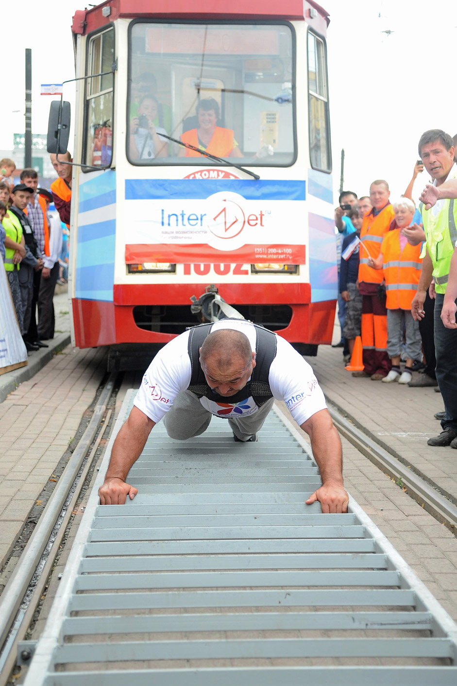"The four-time winner of tournament ""The most powerful man in Russia"" Elbrus Nigmatullin sets a new world record for the rod of 6 trams in strip 20 meters during the show in Chelyabinsk."
