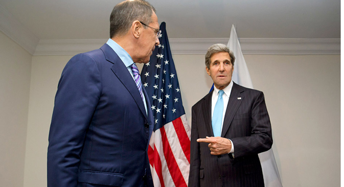 Амерички државни секретар Џон Кери показује на министра спољних послова РФ Сергеја Лаврова након што је овај одбио да одговори на питања о Едварду Сноудену, бившем сараднику ЦИА који се тренутно налази у Москви. Извор: AP.