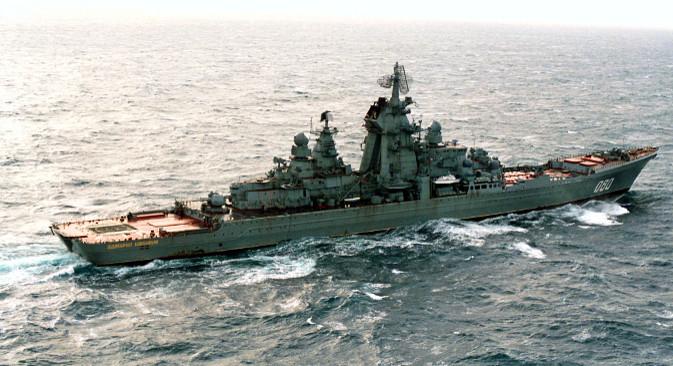 """Тешка нуклеарна ракетна крстарица """"Адмирал Нахимов"""". Сматра се да је одлука да се крстарица врати у састав ратне морнарице донета у складу са тежњом Кремља да (поново) постане политичка противтежа Белој кући, тј. да се врати у клуб водећих светских сила. Извор: ИТАР-ТАСС."""