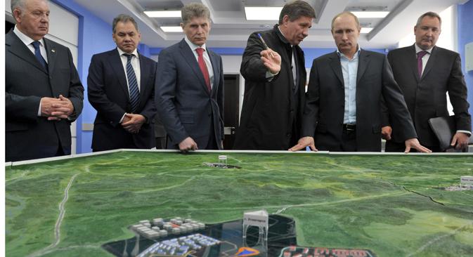 """Надгледајући овог пролећа како напредују опсежни грађевински радови, председник Путин је напоменуо да ће нови космодром """"Восточни"""" бити много ефикаснији од """"Бајконура"""". Извор: ИТАР-ТАСС."""