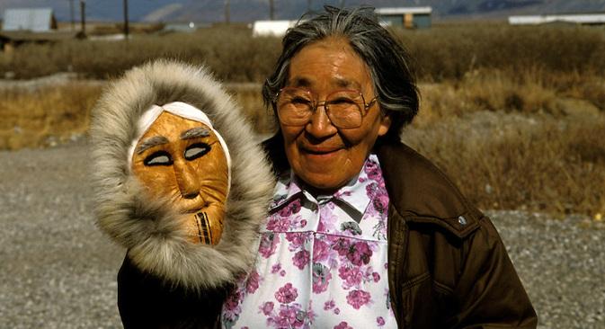 Во некои села на Алјаска се зборува на дијалект на рускиот јазик кој се развивал независно од времето на Руска Америка (18 век). На сликата: Сузи Панек, еден од носителите на најнеобичниот дијалект на рускиот јазик. Извор: Alamy / Legion Media.