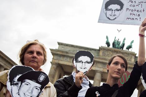 """На демонстрацијама широм света захтевано је да се Едвард Сноуден """"заштити"""", као што и стоји на овом плакату учесника митинга подршке у Берлину. Извор: Reuters."""