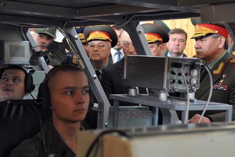 Министар одбране РФ Сергеј Шојгу упознавао се са обрасцима нове војне роботске технике. Извор: Комерсант.