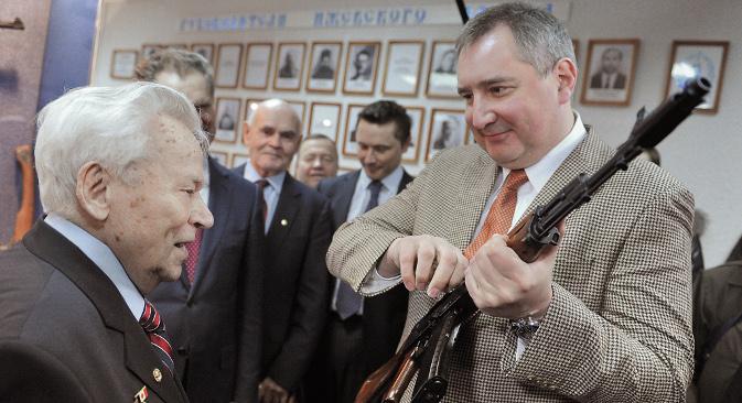 """93-годишњи творац легендарног аутомата """"Калашњиков"""" дао је своје име новом концерну без икакве надокнаде и то је доживео као """"велику част"""". Извор: РИА """"Новости""""."""