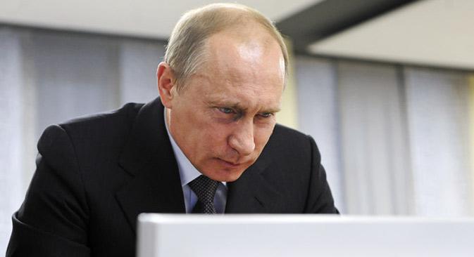 """Документ који је потписао председник Путин садржи и специфично руско виђење проблема информационе безбедности: реч је о коришћењу интернет-технологија за """"мешање у унутрашње послове држава"""", """"кршење јавног реда"""", """"распиривање мржње"""" и """"пропаганду идеја које подстичу на насиље"""". Извор: ИТАР-ТАСС."""