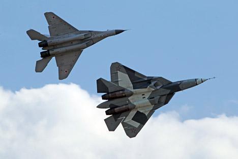 Током сајма су чак три авиона Т-50 показала стручњацима и свим посетиоцима да Москва по свом технолошком напретку не само да не заостаје за Вашингтоном и његовим F-22 – већ је спремна и на светско вођство у области војног ваздухопловства. Извор: AP.