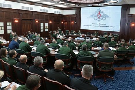 """Уочи вежбе """"Запад-2013"""" резултате свог рада сумирао је колегијум Министарства одбране којим је руководио генерал армије Сергеј Шојгу. Извор: mil.ru."""