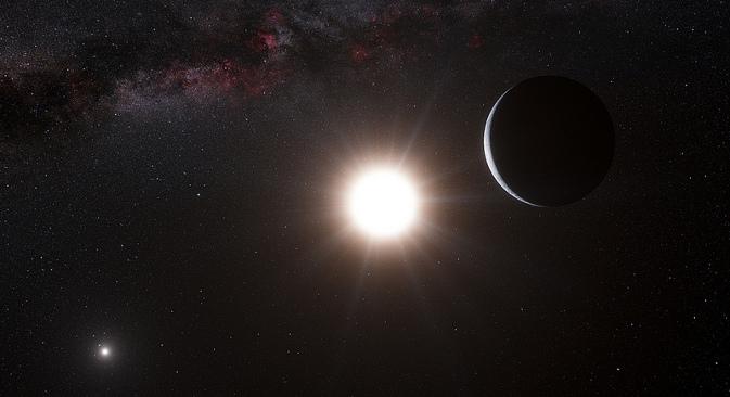 """Уметникова импресија планете која кружи око звезде Алфа Кентаури Б, члана тројног звезданог система - и звезде најближе Земљи после Сунца. Алфа Кентаури Б је најсјајнији објекат на небу насликане планете, а друго сјајно небеско тело је звезда Алфа Кентаури А. Наше Сунце се види као светла тачкица у горњем десном углу. Слабашни сигнал постојања ове планете открио је спектрограф HARPS инсталиран на 3,6-метарском телескопу Европске космичке опсерваторије """"Ла Сила"""" у Чилеу. Извор: ESO / Л. Калсада (Чиле)."""