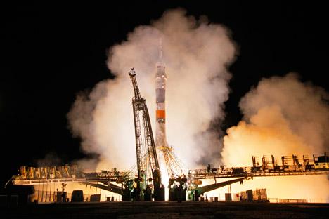 """Познато е дека како основа за кинескиот вселенски брод """"Шенжоу"""" послужил советскиот брод """"Сојуз"""". но, кинеското летало доживеа огромни измени и значајни подобрувања. На фотографијата: лансирање на """"Сојуз"""" од космодромот """"Бајконур"""", 26 септември 2013 година. Извор: АР"""