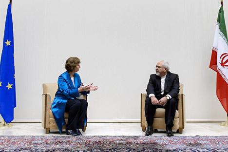 """Министар спољних послова Ирана Мухамед Џавад Зариф и шефица Европске  уније за спољну политику Кетрин Ештон оценили су договор који је у  преговорима о нуклеарном питању постигнут између Ирана и групе 5+1 као """"важан и конструктиван"""". Извор: AP."""