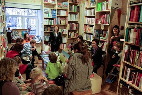 """Према Шаши Мартиновој, саоснивачу мреже књижара """"Magic Bookroom"""", књижаре су јединствени комуникациони простори, """"културни центри где људи могу да разматрају књижевне теме"""". Извор: Press Photo."""