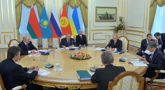 """Владимир Путин је саопштио да му се премијер Индије обратио са предлогом да се размотри могућност потписивања уговора о зони слободне трговине његове земље са Царинском унијом. Извор: РИА """"Новости""""."""
