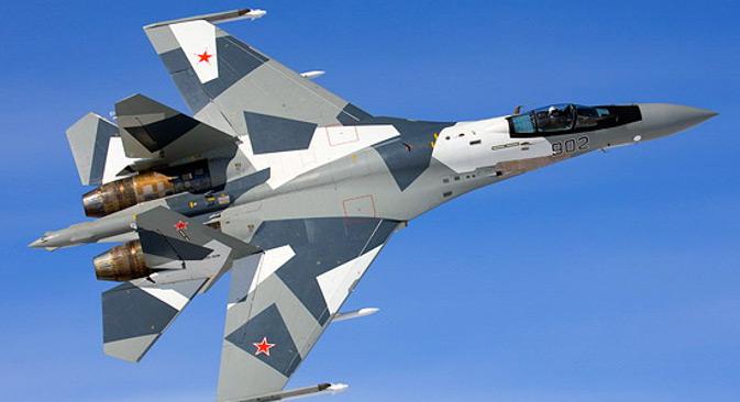 """Радио-локациони систем управљања """"Ирбис"""" који је постављен на Су-35С омогућава уочавање ваздушних објеката на рекордно великом растојању - до 400 km, праћење истовремено до тридесет, а гађање - до осам циљева. Извор: Министарство одбране РФ / mil.ru."""