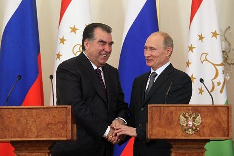 """Претседателите на Таџикистан и на Русија, Емомали Рахмон и Владимир Путин. И покрај обидите за """"дипломатска трговија"""", стручњаците не очекуваат остри геополитички осцилации од страна на Таџикистан. Извор: Росијскаја газета."""