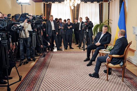 """Виктор Јанукович и Владимир Путин. Стручњаци сматрају да Москва шаље Кијеву сигнал да ће га евроинтеграција скупо коштати и констатују """"тачку без повратка"""" у билатералним односима. Извор: РИА """"Новости""""."""