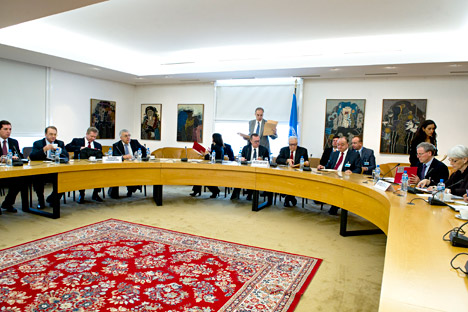 Лахдар Брахими, специјални изасланик УН и Арапске лиге за Сирију (у средини), на састанку са руским званичницима у Женеви, 5. новембра 2013. Извор: UN Photo / Violaine Martin.